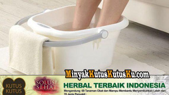 Manfaat Merendam Kaki Dengan Air Hangat dan Minyak Kutus Kutus